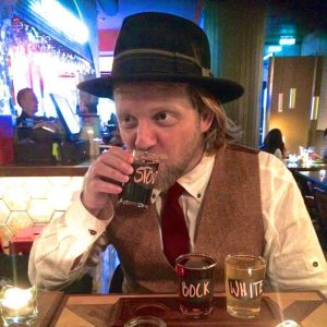 Gourmet Welcome Walk - Ymir tastes beer